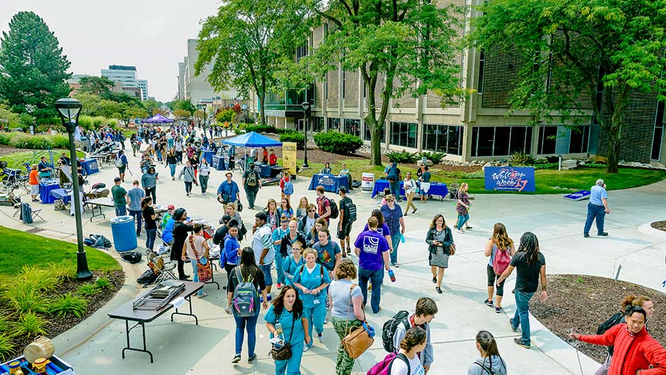 A crowd of students visit the Washington Mall during welcome week